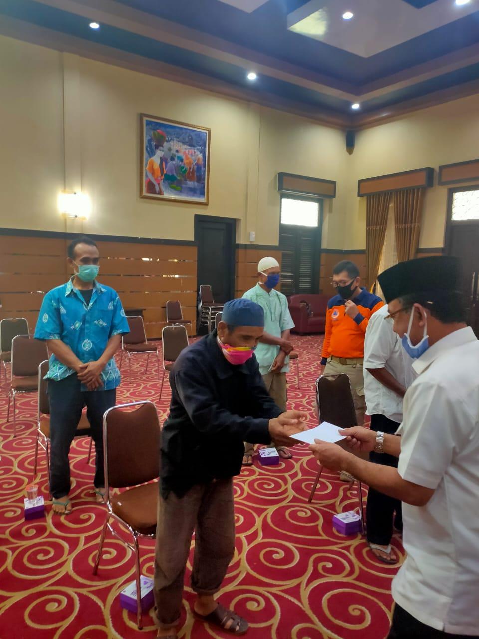 Walikota Mataram Serahkan Bantuan Kepada Marbot Masjid se-Kota Mataram